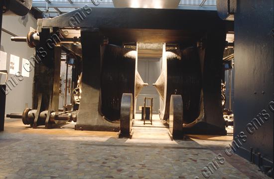 Le gros électro-aimant de Bellevue. Construit sous la direction d'Aimé Cotton et qui a fonctionné de 1920 à 1970. Actuellement pièce de musée.